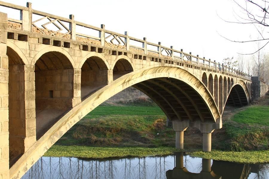 双曲拱桥的主要构造和受力特点
