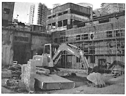 图1.7上海市红坊文创园再生利用项目 (挖掘机拆除施工)