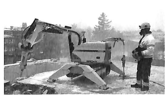 图1.25小型破碎机拆除施工