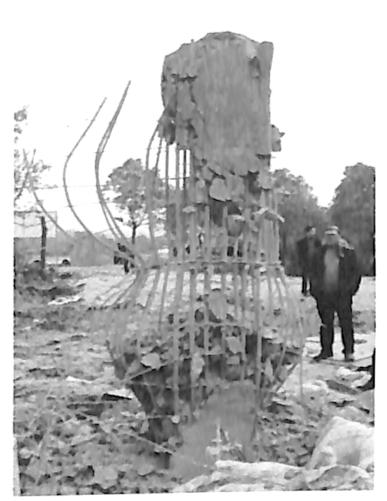 图2-6顶部无约束墩柱爆后钢筋骨架