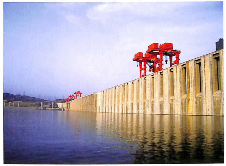 三峡工程RCC围堰爆破拆除