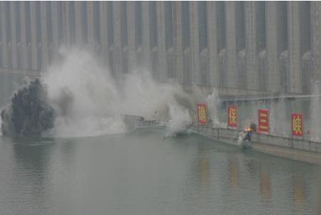 三峡工程三期上游RCC围堰爆破拆除特点