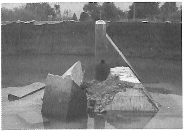 图3.29第1次试验后围堰模型倾倒全貌