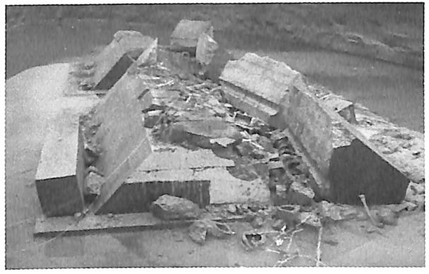 图3.38第2次爆破试验后的围堰整体倾倒效果