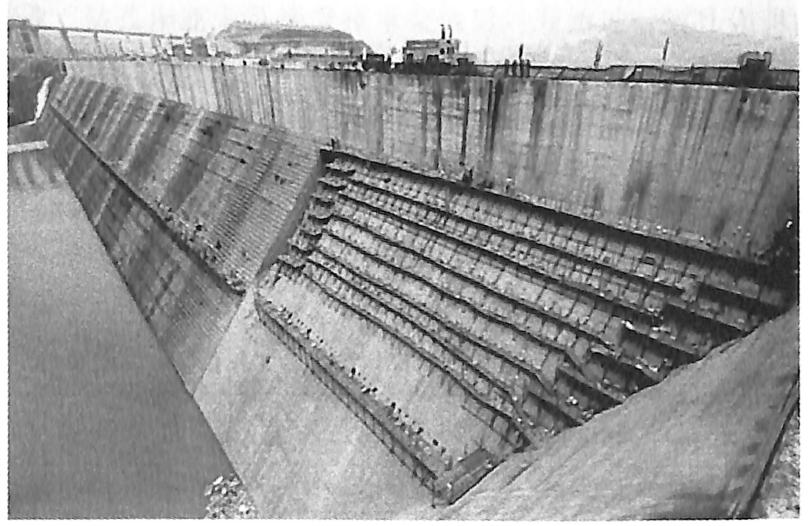 图5.1三峡工程三期RCC围堰爆破拆除